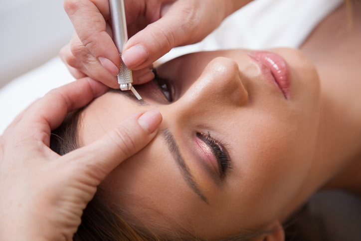 Who Benefits from the Care of a Professional With Eyebrow Microblading Training?